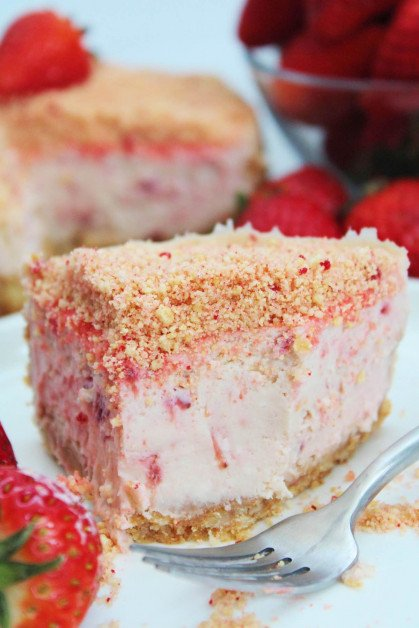 Creamy cheesecake with lots of strawberries