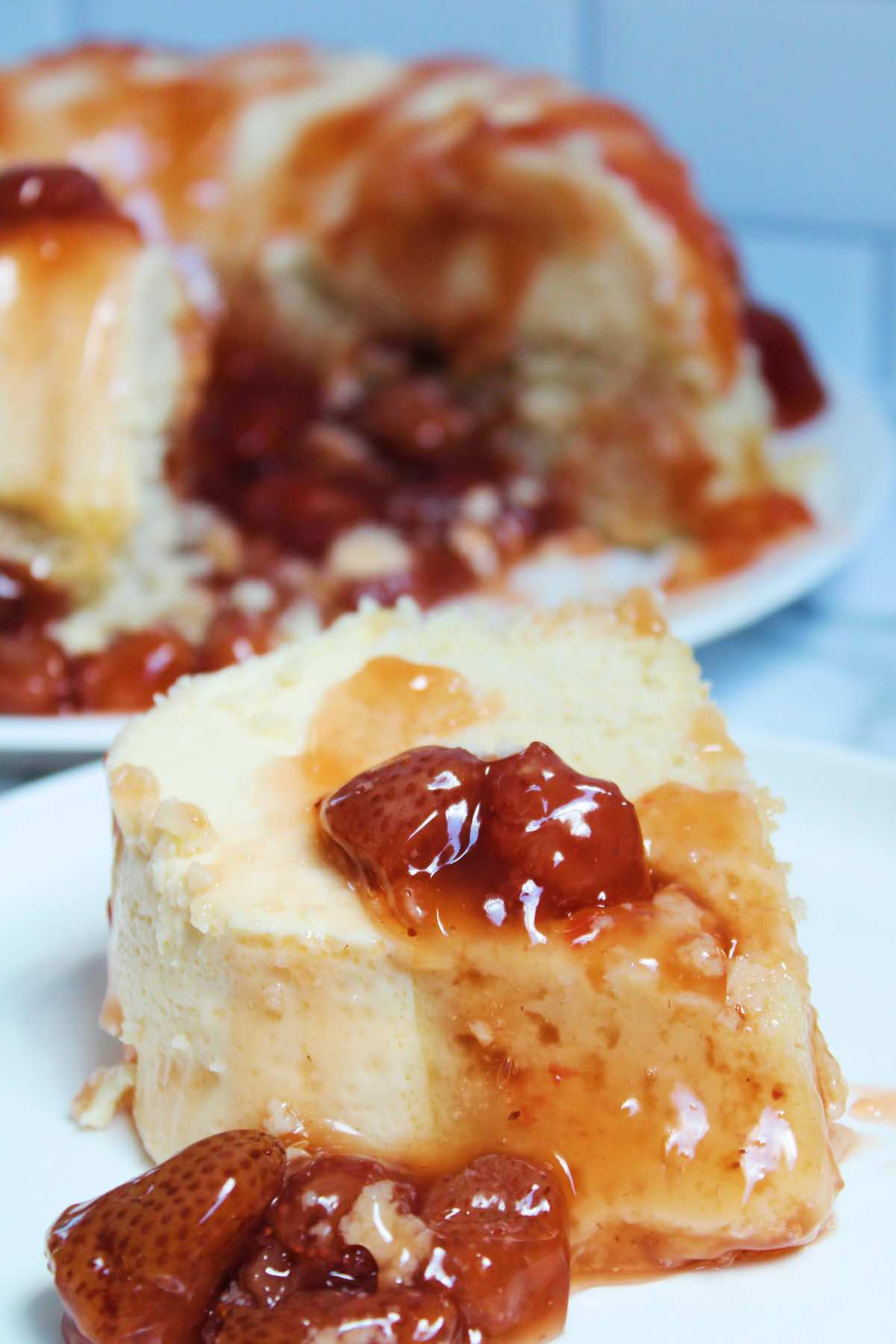 Cutting a slice of bizcocho (cake) with flan.