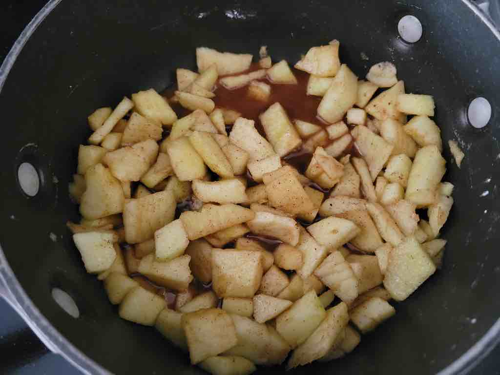 This is how you cook the apples in the sauce pan.