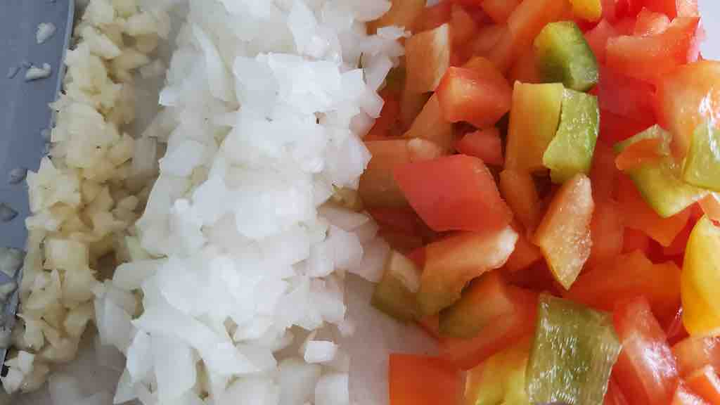 Chop the bell pepper, onion and garlic clove.