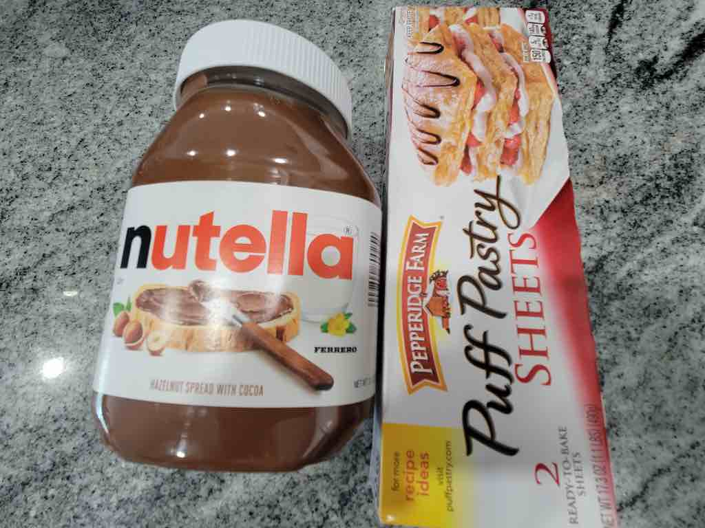 The ingredients needed are nutella, puff pastry sheets and powdered sugar is optional for topping.